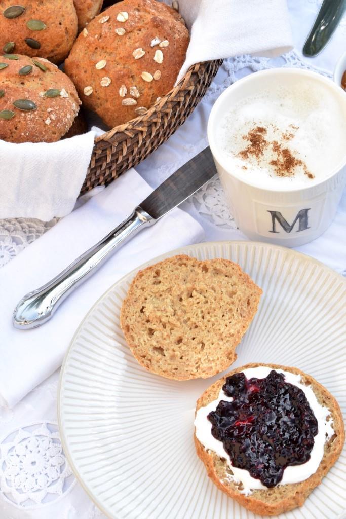 Frühstückstisch Brötchen Marmelade