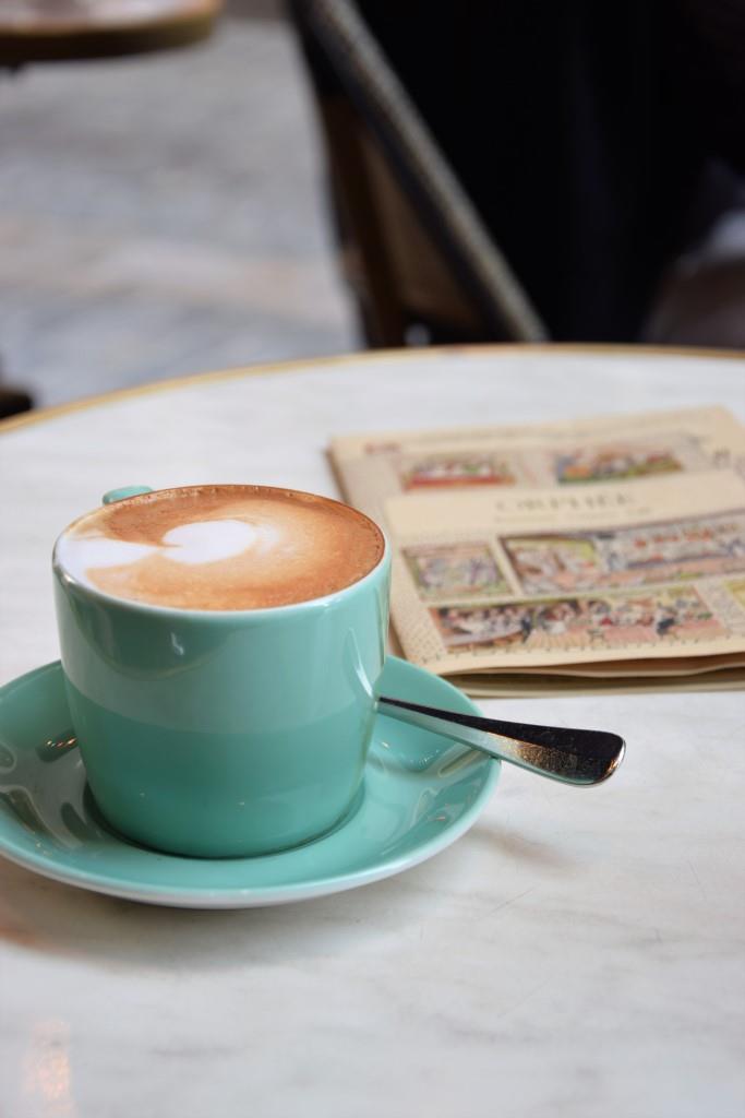 Cappuccino Zeitung Marmortisch