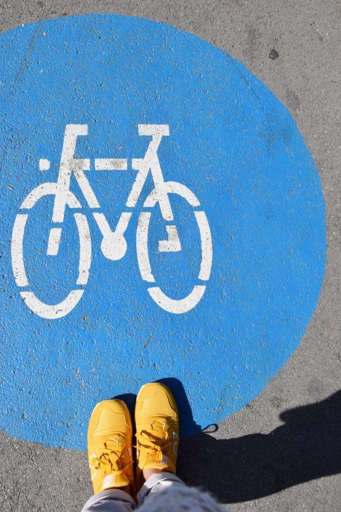 Fahrradstraße gelbe Sneakers