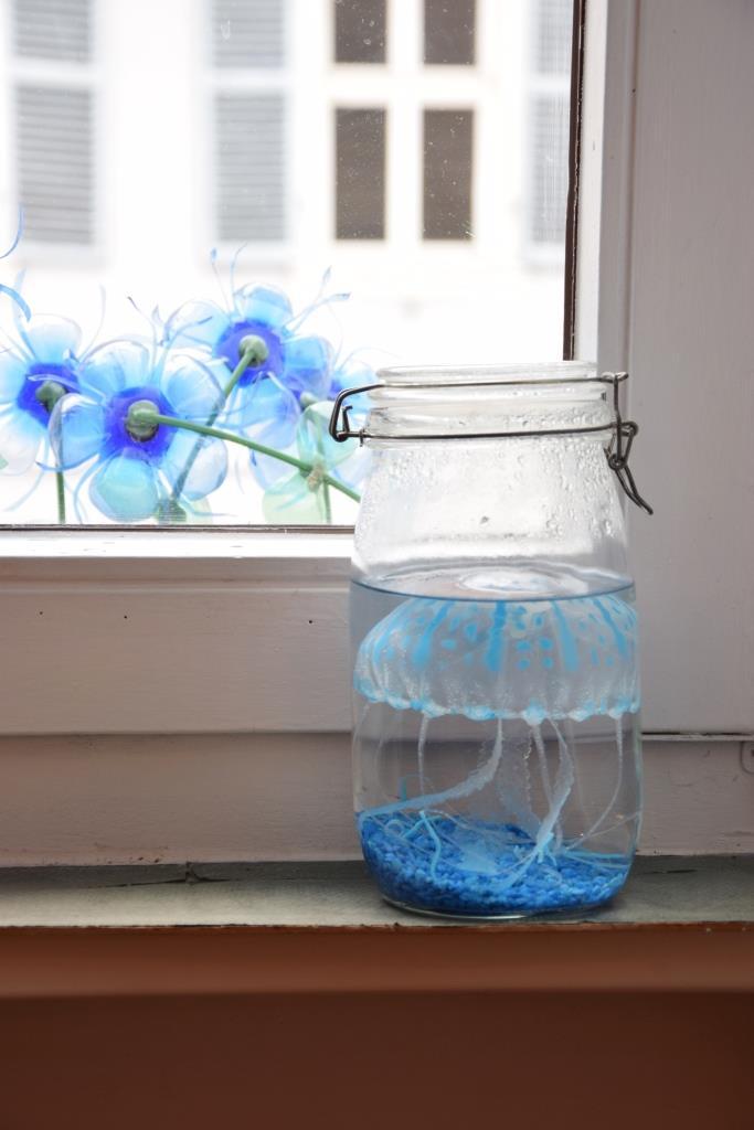 Blaue Qualle im Glas