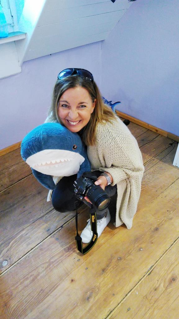Bloggerin kuschelt mit Hai