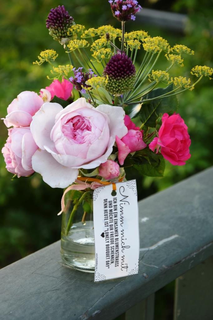 Einsamer Blumenstrauß auf Brückengeländer