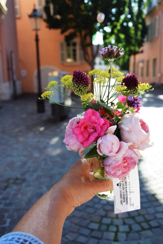 Finderin mit Blumenstrauß