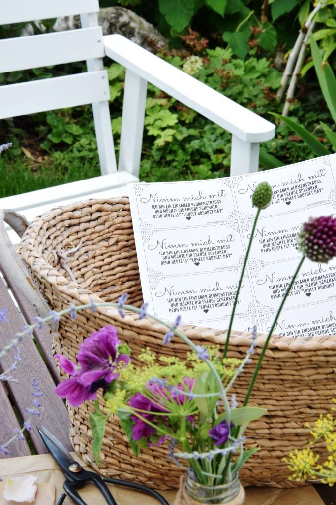 Korb Blumen und Papieranhängern