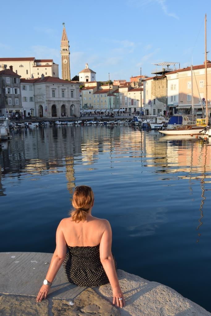 Frau am Hafen von Piran