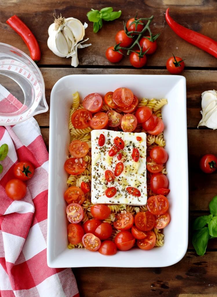 Flatlay Feta Baked Pasta Tomaten