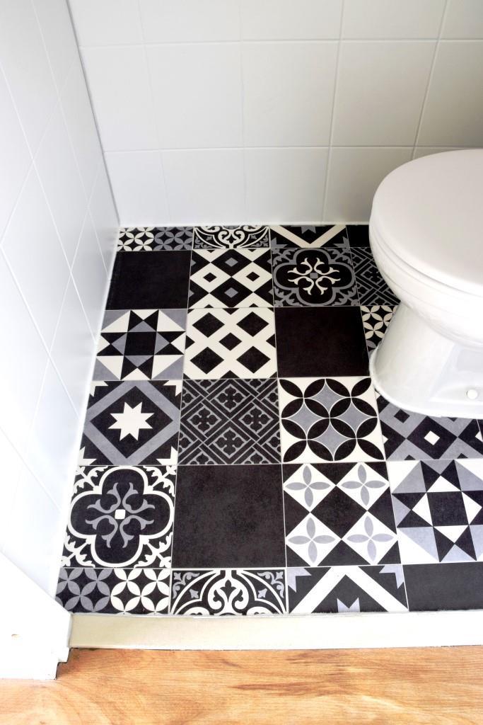 Tadaaa! Fertig! Das WC mit neuem Boden im schwarz-weißen Zementfliesen Style
