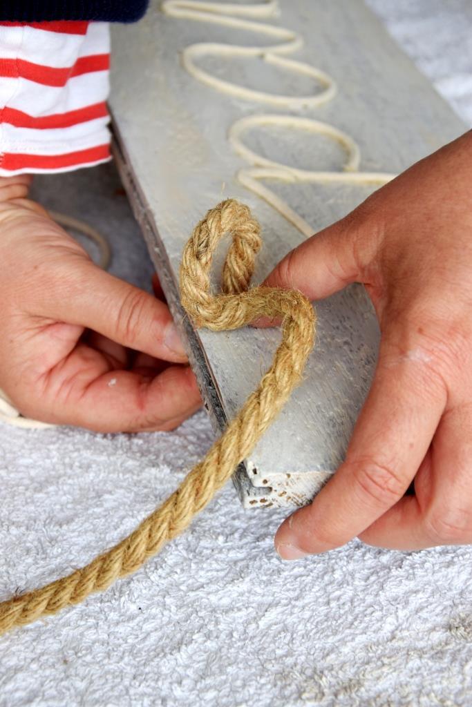 Am Ende wird noch das Sisalseil zum Aufhängen eingefädelt und verknotet