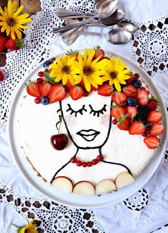 No Bake Cheesecake trifft Obst und Blumen - voila, schon ist der Trendkuchen Face Cake fertig