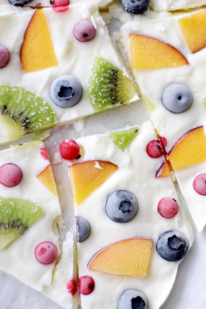Die coolste Eis Erfrischung an heißen Sommertagen - die fruchtige Frozen Yogurt Bark ohne Eismaschine - in 5 Minuten gemacht