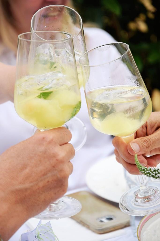 Frisch, frischer - geeiste Melonenbowle. Dazu noch Limoncello - perfekt für heiße Sommerabende am Grill. Oder auch ohne Grill ;-)