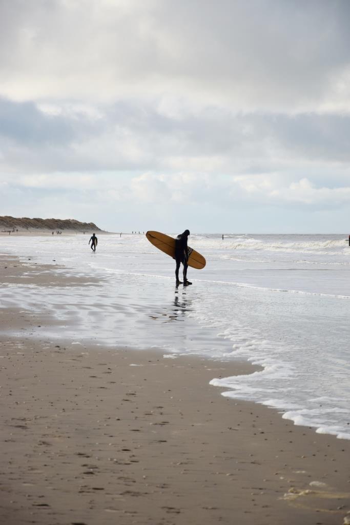 Wellenreiter und Surfer in Zeeland