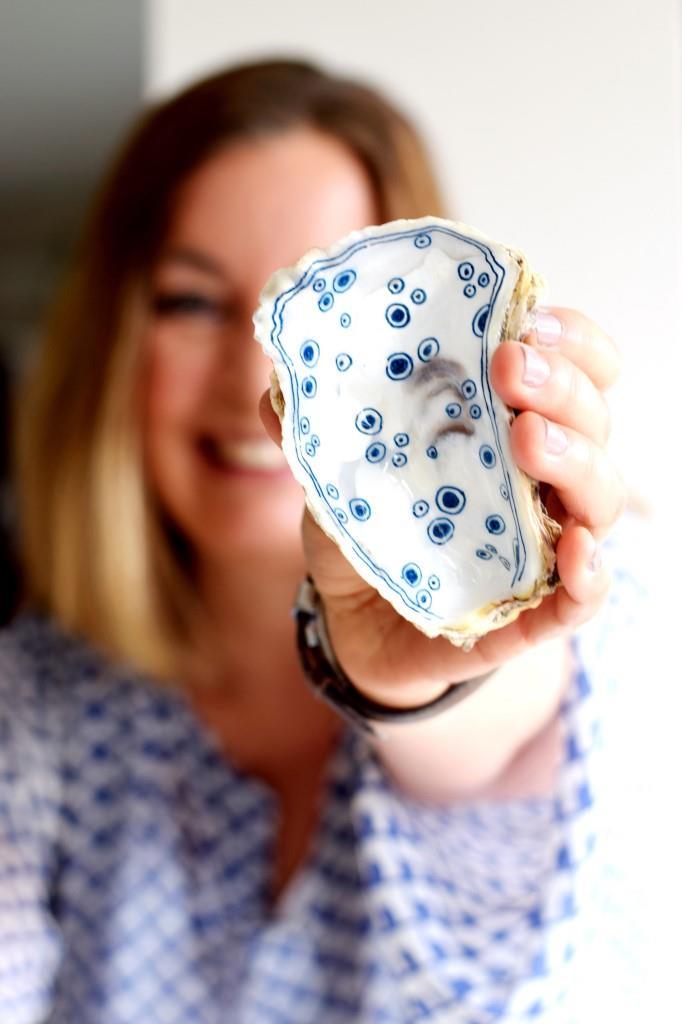 Austernschale aus Zeeland handbemalt in weiß-blau