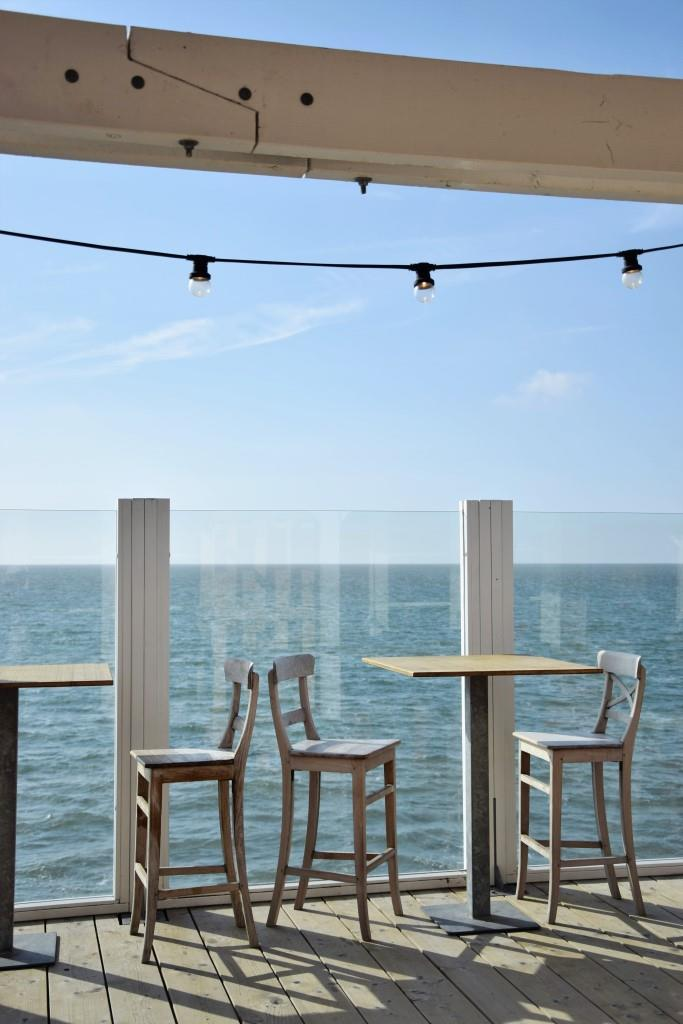Beachclub ZEE Brouwersdam Terrasse mit Meerblick und Lichterkette