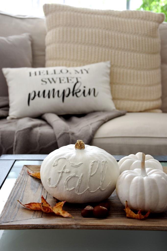 Herbstdeko DIY - Kürbisse weiss bemalen und beschriften