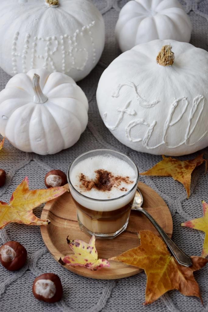 Herbstdeko: Weiße Kürbisse bemalen und beschriften