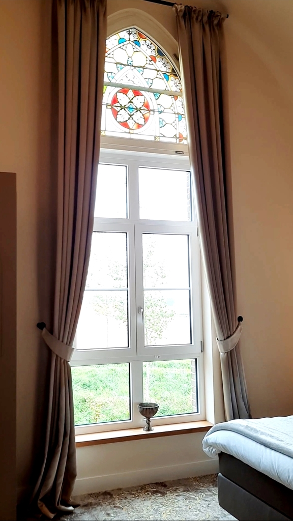 Zimmer mit alten Buntglasfenstern - Hotel Kerkhotel Biervliet Zeeland