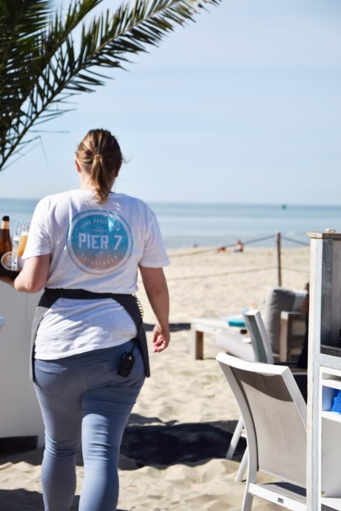 Bedienung im Pier 7 Strandrestaurant in Vlissingen Zeeland Niederlande