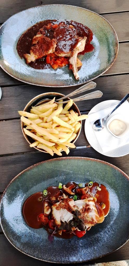 Die Hauptspeisen - typisch mit Pommes Frites - Restaurant Fier, Groede