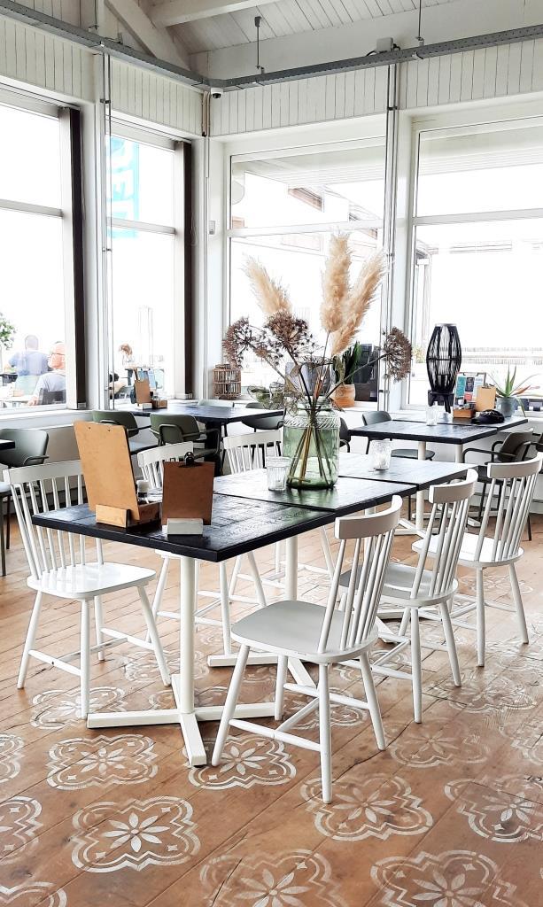 Ein bisschen Skandi, ein bisschen Boho, sehr schön, gemütlich und lecker - das Strandrestaurant VLOED Zeeland