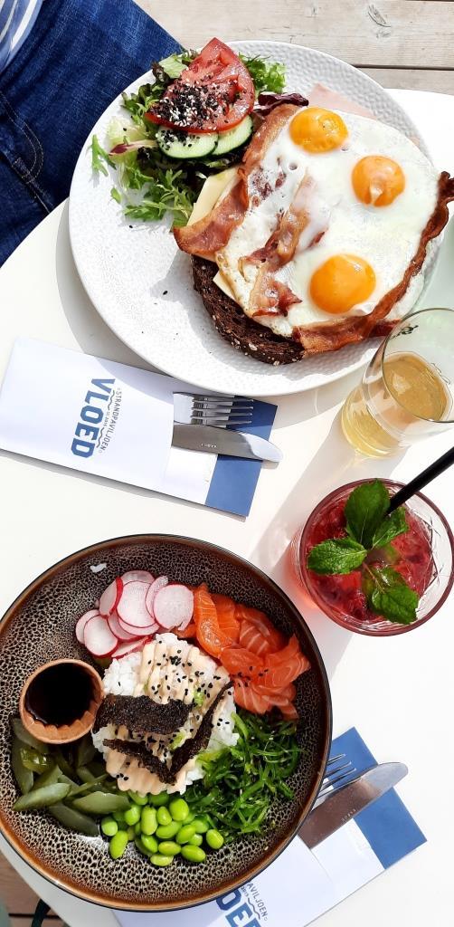 Essen im Strandrestaurant Vloed - Uitsmijter (Strammer Max) und eine Poké Bowl mit Lachs - lecker