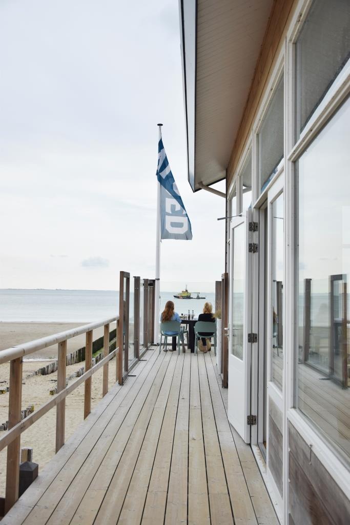 Schiffe und Meer schauen - wunderbar von der Terrasse aus im Strandpaviljoen VLOED Zeeland